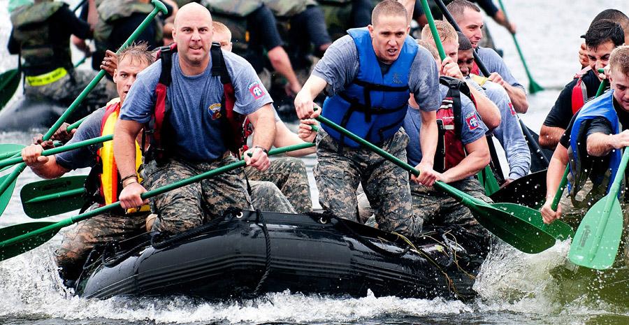 Hommes ramant sur radeau