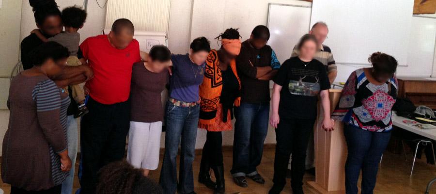 Groupe en train de prier