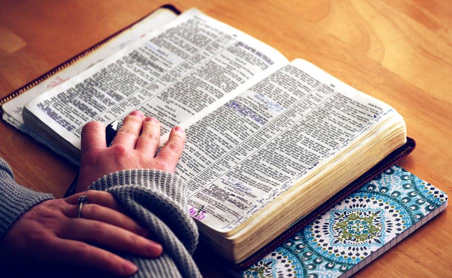 Personne étudiant la Bible