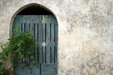 Vieille porte fermée